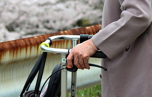 シルバーカーを押す高齢の女性